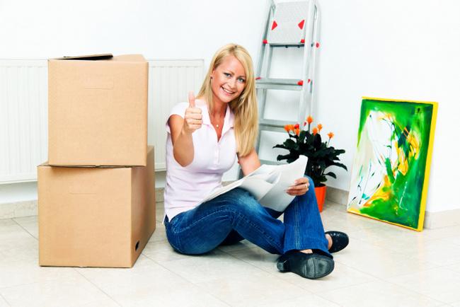 Frau beim in neue Wohnung